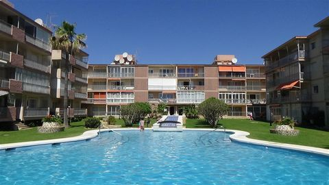 A fantastic rental investment with all-year-round clientele, modernized, with rental license in place and energy-saving airconditioning throughout. Direct access and views over the spacious garden and pool. The best beaches of Fuengirola are just on ...