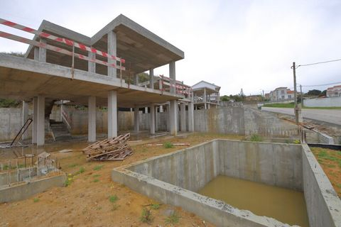 Located in Costa de Prata. 3 bedroom duplex villa under construction in Foz do Arelho; Next to Obidos Lagoon 10 minutes walk from the beach: Built on 2 floors, the ground floor consists of: Fully equipped kitchen; Living room with direct access to th...