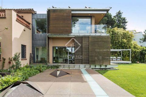 Casa de 509 m² en venta en una de las mejores zonas residenciales de Vallvidrera, en un entorno muy tranquilo rodeado de bosque. La planta baja de esta impresionante casa dispone de un gran salón-comedor con bonitos suelos de parqué tropical y mucha ...