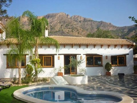 This is a beautiful, large villa and small villa for sale in the province of Alicante. The 2 properties are close to each other, both have their own deeds and are set in the village of La Aparecida close to the town of Orihuela. Between the 2 houses,...