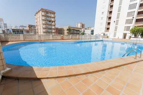 This nice apartment with sea views in Playa del Gandia, close to the yacht club, welcomes 6 people. The outdoors are communal and feature a 20 m x 8 m chlorine pool with a depth ranging from 1.7 m to 2.4 m, a tennis court and several exterior showers...