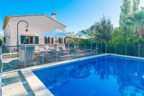 Tranquilidad y confort le esperan en esta villa para 6 personas con piscina privada, a pocos kilómetros de la playa en la zona de Manacor, situado en el bonito este de Mallorca. La casa tiene un precioso jardín con muchos rincones románticos, dónde l...