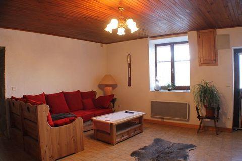 Maison de village située dans un hameau de la commune avec +/- 1800 m² de terrain. Composée d'une grande cuisine avec cheminée, séjour, 3 chambres, 2