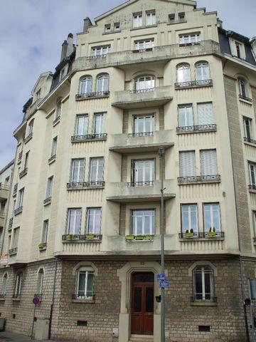 Ecole de commerce, très beau appartement de 4 pièces 82m2 situé au 2ème étage d'un immeuble ancien comprenant: Entrée avec placards,dégagement, salon-