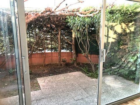 LE LAVANDOU - Appartement de type 2 Pièces en Rez-de-Jardin d'environ 35 m2 composé d'un salon avec cuisine ouverte, une chambre et une salle de bains