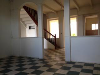 Cette maison sur 2 niveaux avec de beaux volumes est à rénover (ravalement); Située en plein bourg de Saint Marie dans une zone de rénovation urbaine,