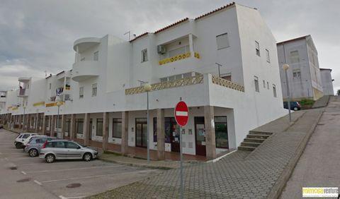 Tiendas en Aljezur Ubicado en una zona céntrica y comercial del pequeño pueblo de Aljezur. Estos establecimientos comerciales con áreas desde 54m2 hasta 112m2. Con escaparate por la calle, buena visibilidad y aparcamiento en la misma puerta. Precios ...