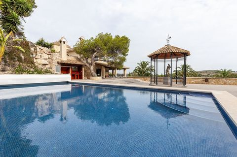 Welcome to this incredible two-storey house, with private pool, in Cullera. It can accommodate for 6+4 guests. This impressive house is perfect for big families. Its exteriors are really simple and cosy at the same time that these offer fantastic vie...