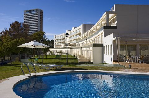 Benidorm comprises 2 districts, the lively cosmopolitan Levante and the quieter Poniente, perfect for family holidays. The Benidorm Poniente Golf residences faces Las Rejas pitch and putt golf course. The modern air-conditioned apartments, most of wh...