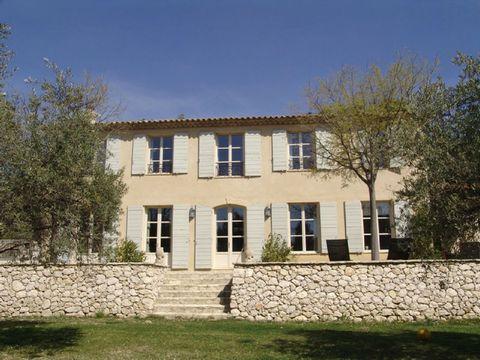 Location vacances propriété Aix en Provence. Très belle bastide située à 2mn du centre ville d'Aix dans un environnement calme avec vue dégagée. Intérieurs confortable, décoré de manière raffinée et egalement de beaux extérieurs sur un parc de 1,5ha ...
