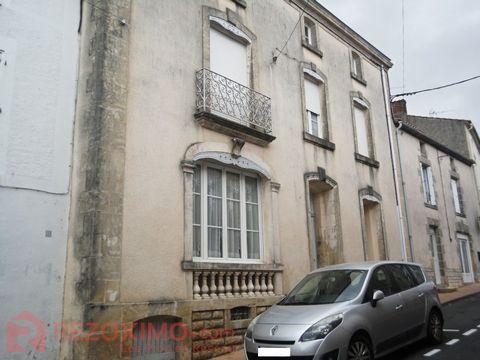 En plein centre de la ville de La Chataigneraie ,derrière la façade ouvragée de cette ancienne maison de maître se cache une véritable maison de famil