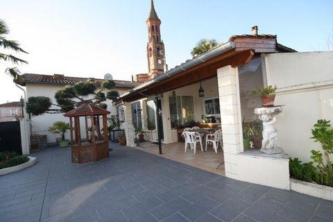 Ref 10847, Meauzac, dans le coeur du village, Maison T5 de 115 m2 + 1 appartement T2 indépendant (actuellement loué) de 58 m2, avec garage, terrasse couverte, piscine couverte, sur un terrain clos de 650 m2. Possibilité d'acquérir une parcelle constr...