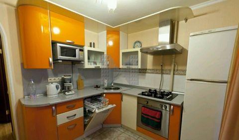Сдается 2-х комнатная квартира в центре Москвы, район Хамовники, рядом станции м. Парк культуры и м. Смоленская, комнаты изолированные, балконы на кухне и в комнате, хороший свежий ремонт. Встроенная кухня, со всей техникой, включая посудомоечную маш...