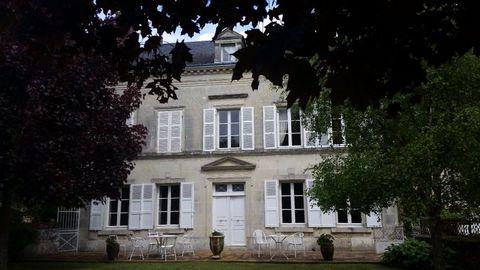 Maison type Bourgeoise entièrement rénovée et située à proximité des écoles et des commerces. Rez-de-chaussée avec entrée, salon, salle à manger et cu