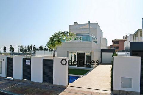 Esta moderna villa independiente es perfecta para golfistas y se encuentra justo al lado de La Serena Golf, en Los Alcázares, a pocos pasos de la famosa laguna de agua salada del Mar Menor.Esta propiedad cuenta con 3 dormitorios, 2 baños y una zona d...