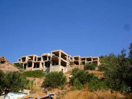 Lagada On a plot of land 3463m2 with a permit which has been granted since May 1994 to build a hotel of up to 1200m2. The concrete shell is finished and will allow for 16 apartments each 42m2, a reception area and a restaurant to be built. There is a...